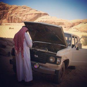 Notre guide en train de réparer son vieux 4X4 Wadi Rum, Jordanie.