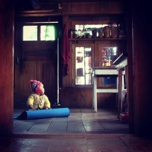 Bébé népalais dans un lodge familial