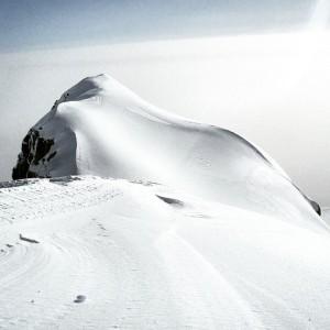 Le sommet du volcan Villarrica au Chili, durant les jours de retombées de cendres causées par l'éruption du volcan Puyehue
