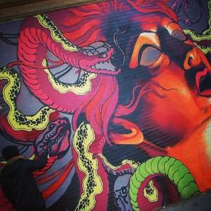 Un graffeur dans le quartier du Haight-Ashbury à San Francisco, USA