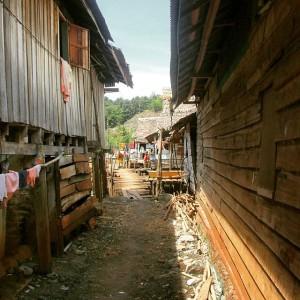 Quelques maisons Bugis proche de Malili, dans les Célèbes, en Indonésie