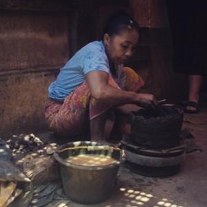 Artisan potier sur l'île de Lombok, Indonésie